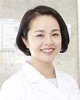 矯正歯科医師 : 八木 彩子